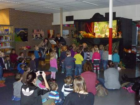 Voorstelling theater Pombari in biliotheek