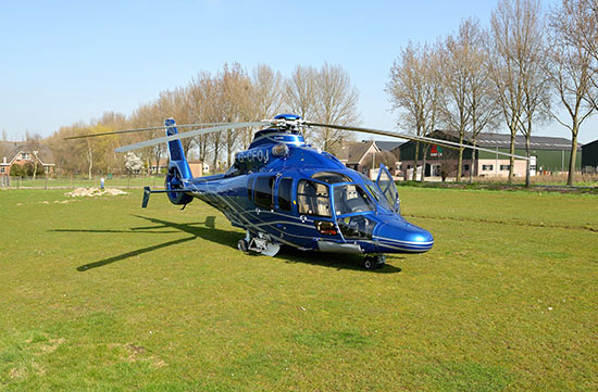 Helikopter landt in weiland